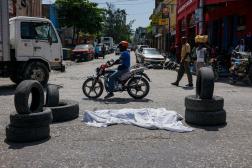 Un corps gît au milieu d'une rue du centre-ville de Port-au-Prince, en août 2019.