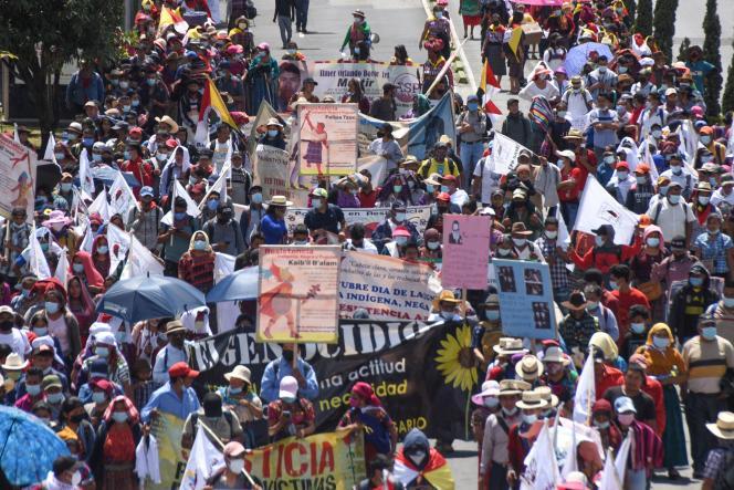 Les manifestants se sont élancés sur l'avenue Reforma, dans un quartier riche de la périphérie sud de la capitale, une banderole affichant « 12 octobre, jour de dignité et de résistance indigène, noire et populaire » ouvrant la marche.