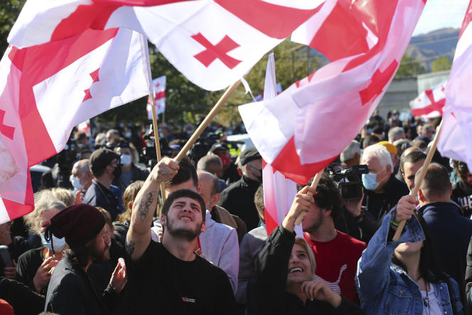 Des partisans de l'ex-président géorgien Mikheïl Saakachvili manifestent contre son incarcération, devant la prison où il est déténu, à Roustavi, à une quarantaine de kilomètres de la capitale de la Géorgie, Tbilissi, le 4 octobre 2021.