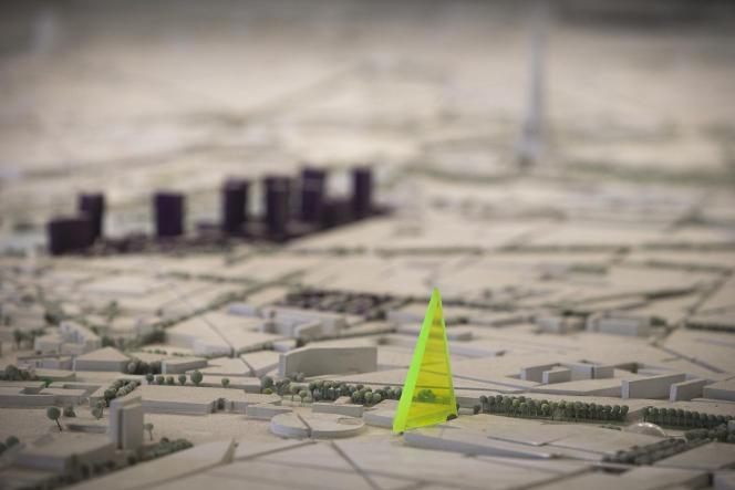 Maquette de la tour Triangle, par les architectes Herzog & de Meuron, au Pavillon de l'Arsenal, à Paris, en novembre 2014.