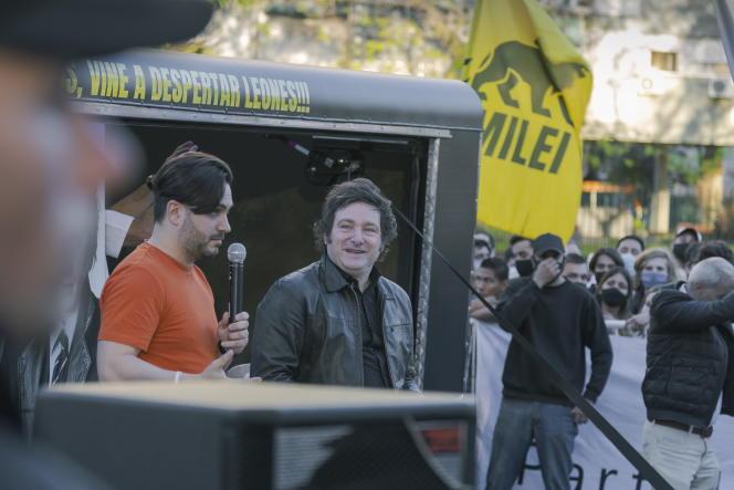 Javier Milei, candidat au poste de député national, avec Ramiro Marra, candidat au poste de législateur municipal, tous deux pour Avanza Libertad, le 5 octobre 2021, à Buenos Aires, en Argentine.