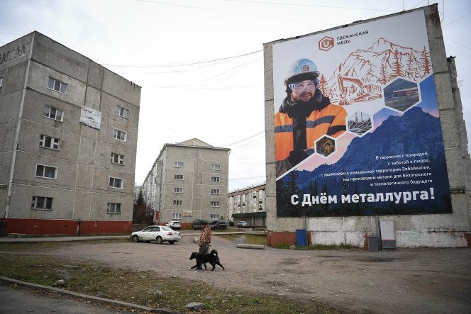 Devant des immeubles résidentiels à Novaya Chara dans la région de Zabaikalsky en Sibérie orientale, le 28 septembre 2021.