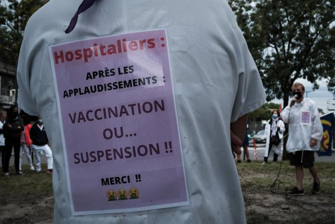 Manifestation du personnel hospitalier devant l'hopital universitaire de Bordeaux (CHU), à Bordeaux, le 9 août.