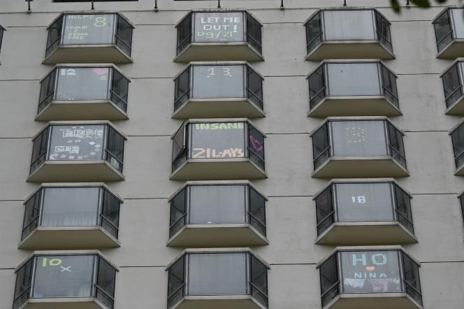Messages postés sur les fenêtres par des clients mis en quarantaine dans un hôtel de Hongkong, le 26 septembre 2021.