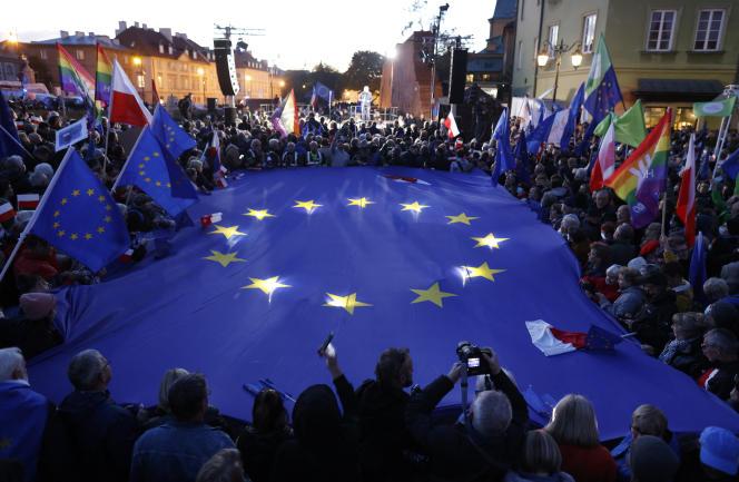 Puluhan ribu orang Polandia berdemonstrasi di Warsawa pada Minggu 10 Oktober 2021 untuk mempertahankan keanggotaan mereka di Uni Eropa menyusul keputusan kontroversial ini.