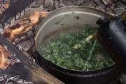 Soupe aux herbes préparée par les stagiaires de Kim Pasche, archéologue expérimental.