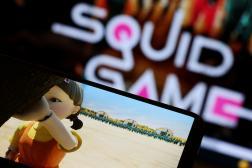Un homme regarde un épisode de la série «Squid Game» sur son téléphone, à Séoul, le 30 septembre 2021.