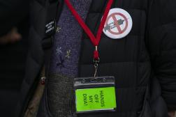Une femme arbore un badge antivaccin, à New York, le 12 octobre 2021.