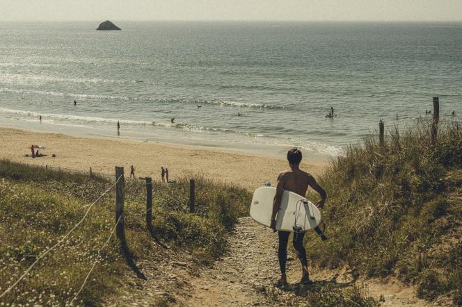 Surfeurs et riverains, sur la plage de la Palue, à Crozon (Finistère), le 3 septembre 2021.