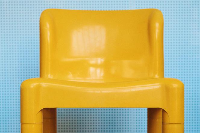 Chaise modèle 4875 en plastique ABS jaune, aux quatre pieds démontables, de Carlo Bartoli (1974), éditeur Kartell.