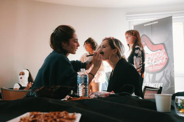 Zorba se fait maquiller par sa grande sœur avant le concert de la finale du concours «Rappeuses en liberté », dans la loge mise à disposition par l'université Paris-VIII de Saint-Denis (Seine-Saint-Denis), le 8 octobre 2021.
