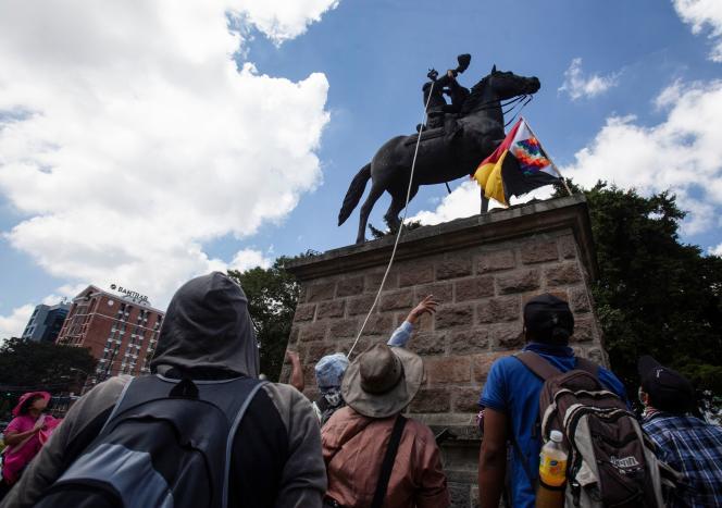 Des manifestants tentent de renverser une statue de Christophe Colomb à Guatemala, mardi 12 octobre.
