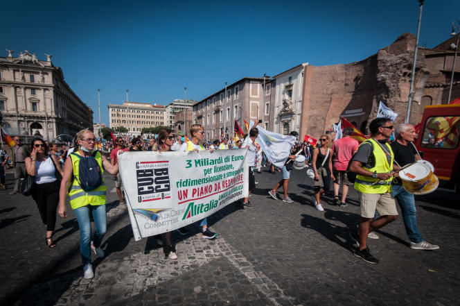 Des employés d'Alitalia manifestent dans le centre de Rome, le 1er octobre 2021.