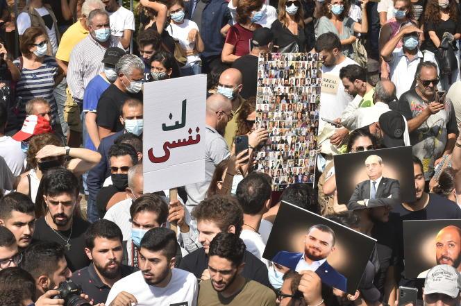Pancarte « Nous n'oublierons pas », à Beyrouth, le 21 septembre, pour protester contre les entraves à l'enquête sur l'explosion du port, devant le ministère de la justice.