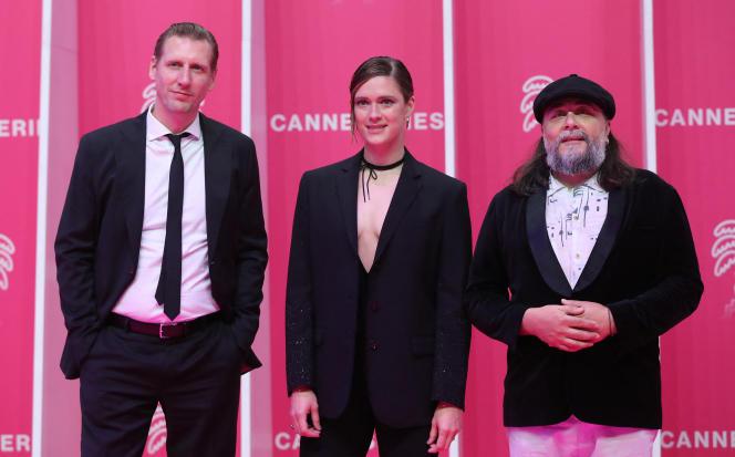 Les comédiens de «Mister 8», Pekka Strang et Krista Kosonen, et le scénariste de la série finlandaise Jani Pösö, lors du festival Canneséries, à Cannes (Alpes-Maritimes), le 9 octobre 2021.