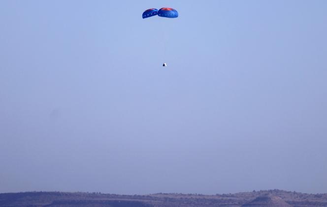 La capsule de Blue Origin à son retour au sol, dans le désert du Texas, mercredi 13octobre2021.