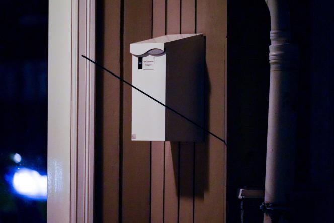 Une flèche décochée lors de l'attaque est restée plantée dans la façade d'une maison de la ville de Kongsberg, en Norvège, le 13octobre 2021.