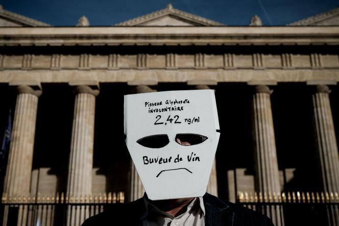 Jean-Paul, 49 ans, porte un masque indiquant ses résultats d'analyses aux résidus de pesticides, àBordeaux, le 13 octobre 2021.