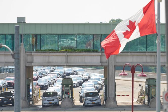 File d'attente à la frontière canado-américaine de Niagara Falls (Ontario) au Canada, le 9 août 2021.