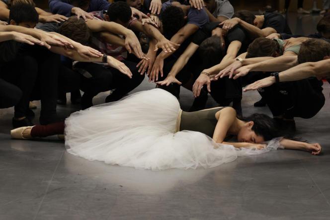 La danseuse étoile Amandine Albisson,dans le rôle de Madame de Rênal, en répétitiondu ballet « Le Rouge et le Noir», dePierre Lacotte,à Paris, le 21 septembre 2021.