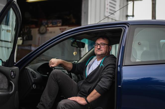 Pascal Peot, 53 ans, aux côtés de sa Rover 200 diesel de 1998 au garage Fauvin, à Saint-Germain-des-Prés, dans le Loiret, 28 septembre 2021.