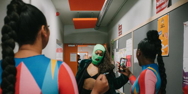 Ambre Lise effectue quelques pas de dance devant le duo Ebony'T, avant de descendre pour les balances du concert de la finale du concours « Rappeuse en Liberté », à l'université Paris 8, Saint-Denis, le 8 octobre 2021.