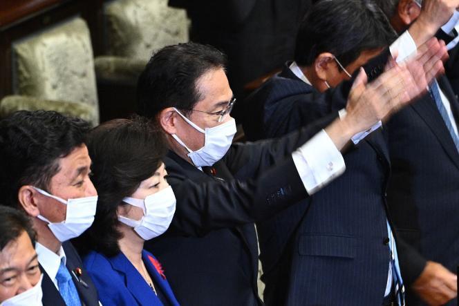 Le premier ministre japonais, Fumio Kishida (au centre), lors de la dissolution de la Chambre basse du Parlement à Tokyo, le 14 octobre 2021.