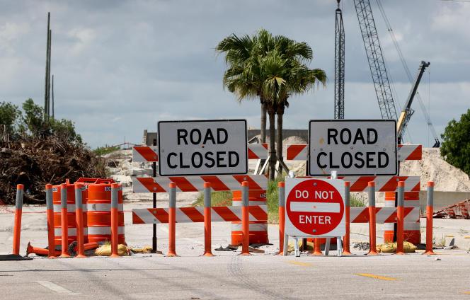 Une route est barrée pour permettre la construction d'un pont sur l'I-95, près de Clint Moore Road, à Boca Raton (Floride), le 30 septembre 2021.