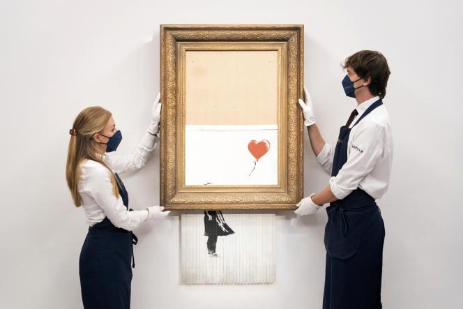 Lors de l'installation des œuvres de Banksy chez Sotheby's à Londres le 3 septembre 2021.