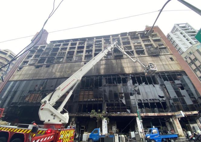 Kebakaran malam hari terjadi di sebuah gedung di kota Kaohsiung, Taiwan selatan pada Kamis, 14 Oktober, menewaskan sedikitnya 46 orang dan melukai puluhan lainnya.