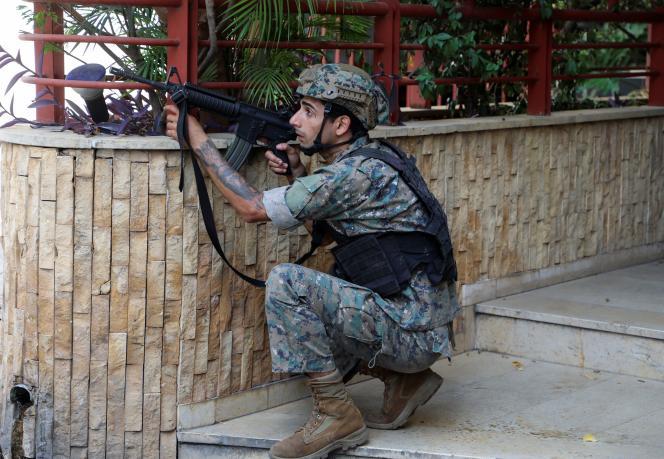 Un soldat de l'armée libanaise dans les rues de Beyrouth, jeudi 14 octobre. Les tirs ont retenti alors que le cortège passait dans le quartier de Tayouneh, situé entre la banlieue chiite au sud de la ville et le palais de justice où devait se terminer le rassemblement.