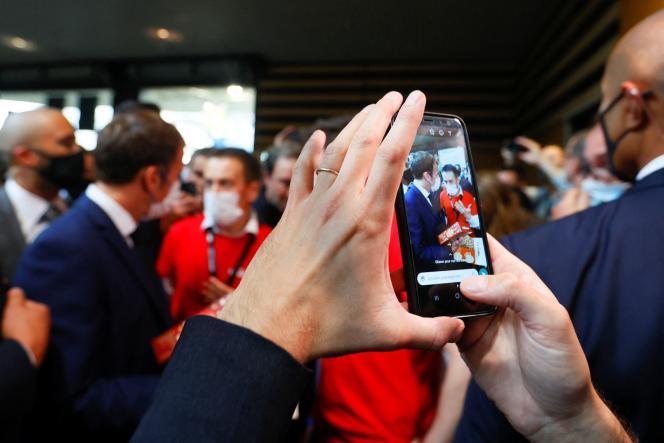 Emmanuel Macron lors de sa visite au Salon international de la restauration, de l'hôtellerie et de l'alimentation, à Lyon, le 27 septembre 2021.