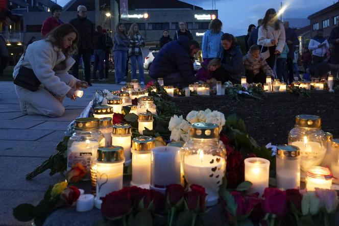 Fleurs et bougies sur les lieux de l'attaque, en mémoire des victimes, à Kongsberg (Norvège) le 14 octobre 2021.