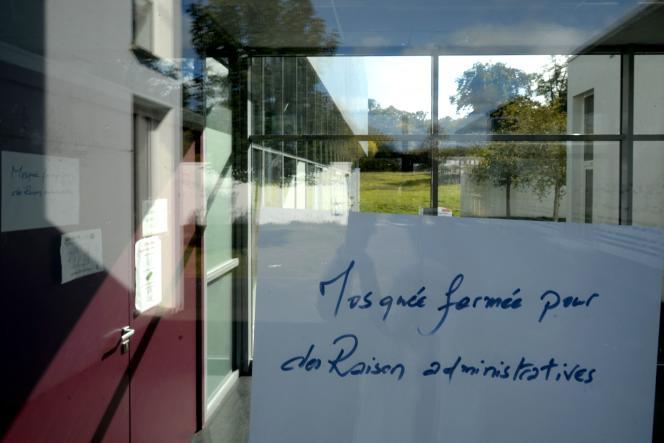 Sur la porte de la mosquée d'Allonnes (Sarthe), le 13 octobre.