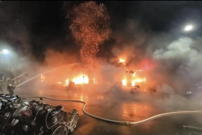Dalam gambar dari video ABC Taiwan ini, petugas pemadam kebakaran memadamkan api di Kaohsiung pada 14 Oktober 2021.