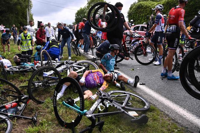 Des coureurs cyclistes du Tour de France après leur chute lors de la première étape, entre Brest et Landerneau (Finistère), le 26 juin 2021.