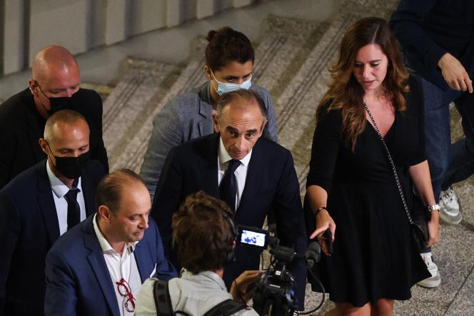 Eric Zemmour, Sarah Knafo (à droite) et Olivier Ubeda (à gauche), arrivent à Nice, le 18 septembre 2021.