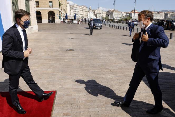 Emmanuel Macron est accueilli par le maire de Marseille, Benoît Payan (gauche), à son arrivée à l'hôtel de ville, le 1er septembre 2021.
