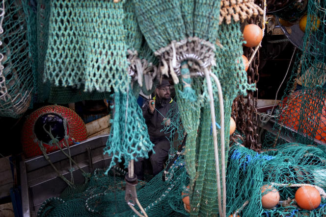 A French fisherman repairs a fishing net in the port of Boulogne-sur-Mer (Pas-de-Calais), October 15, 2021. France wants more fishing licenses from London, but the United Kingdom is reluctant.
