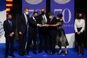 Jorge Diaz, Antonio Mercero et Agustin Martinez reçoivent le prix Planeta des mains du couple royal, à Barcelone (Espagne), le 15octobre2021.