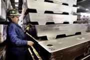Un ouvrier contrôle le stock de lingots de zinc de l'usine Metaleurop Nord de Noyelles-Godault, le 28 Janvier 2003.