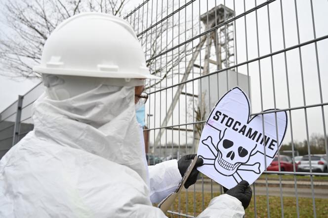 Des personnes manifestent devant le centre de stockage de déchets toxiques Stocamine à Wittelsheim, dans l'est de la France, le 5 janvier 2021.