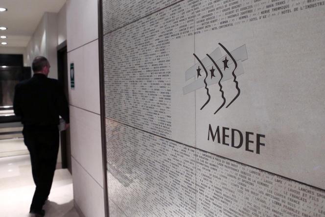 Dans les couloirs du Medef, à Paris, le 11 janvier 2013.