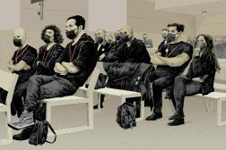 Des rescapés du Bataclan écoutent les différents témoignages, lors d'une audience à la cour d'assises de Paris, début octobre 2021.