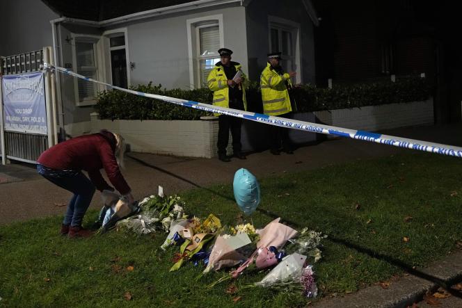 Des fleurs sont déposées en hommage au député David Amess, près de l'église de Belfairs, à Leigh-on-Sea (Royaume-Uni), le 15 octobre 2021.