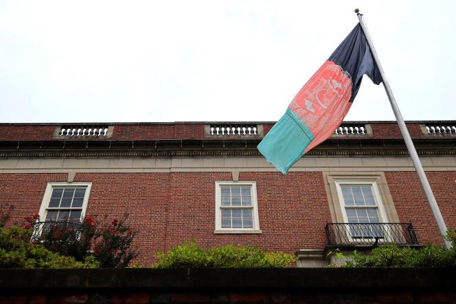 Le drapeau de l'Afghanistan d'avant les talibans, devant l'ambassade du pays àWashington, le 16 août 2021.