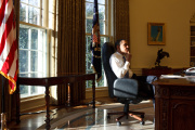 Barack Obama président, dans le bureau Ovale, le premier jour de sa prise de fonctions, le 21 janvier 2009.