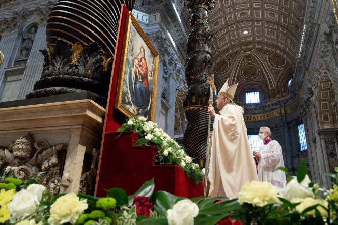 Le pape François à la basilique Saint-Pierre du Vatican, à Rome, le 17 octobre 2021.