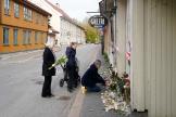 Des proches déposent des fleurs à la mémoire des cinq victimes de l'attaque en Norvège, mercredi.
