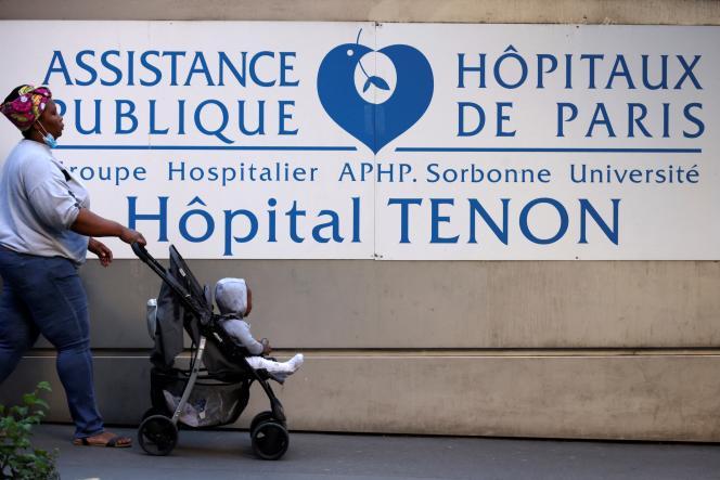 Une femme et son bébé devant l'hôpital Tenon, à Paris, le 23 septembre 2021.